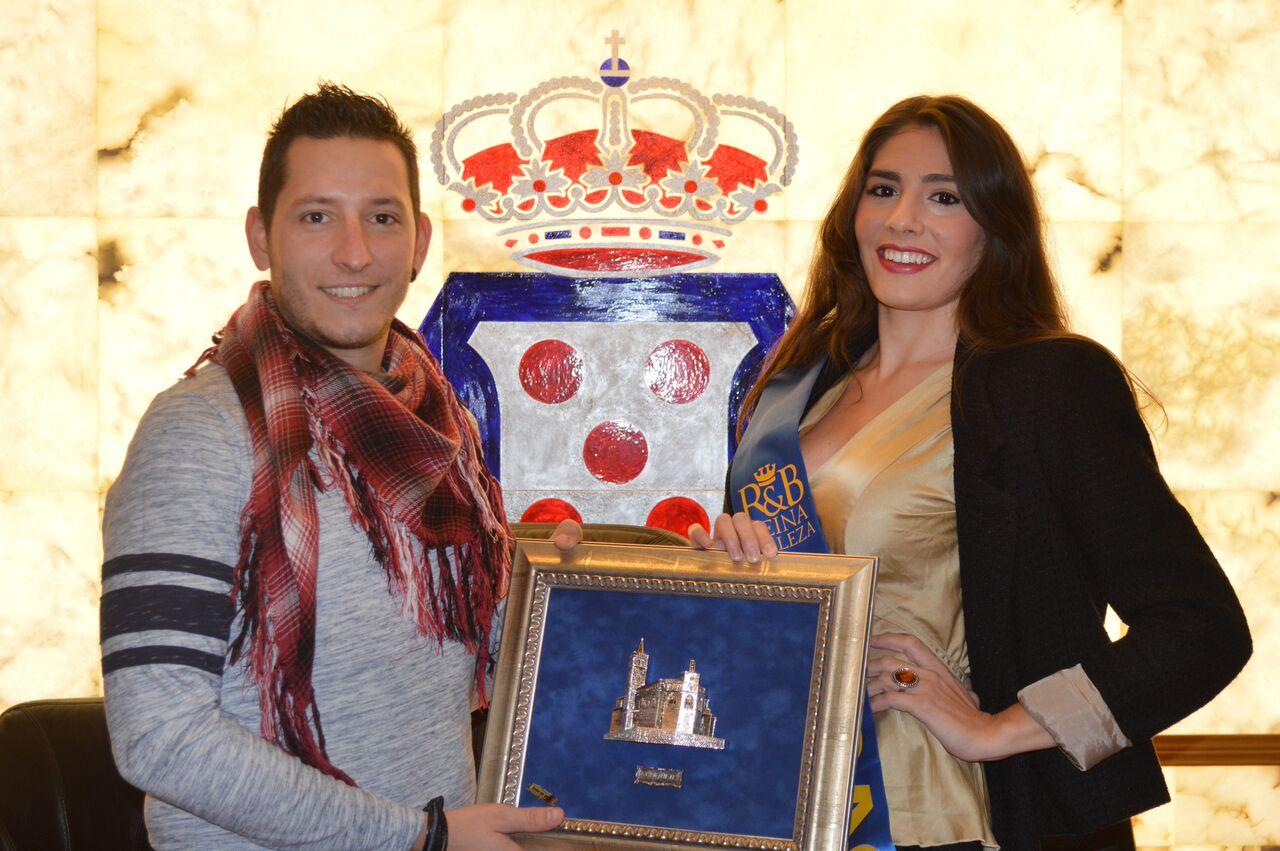 Teresa Aznar recibe el recuerdo de manos del Alcalde de Quinto, Jesús Morales.